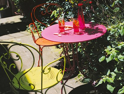 1900 table 67 cm diameter in Fuchsia with 1900 armchairs in Verbena Green and Carrot