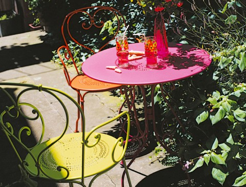 1900 table 67cm diameter in Fuchsia with 1900 armchairs in Verbena Green and Carrot