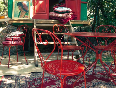 1900 chairs, armchair and table in Poppy