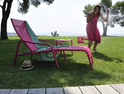 Alizé deck chair and stacking side table in Fuchsia