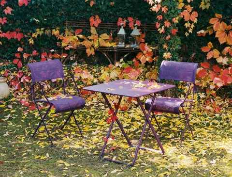 Dune armchairs and Plein Air table in Aubergine