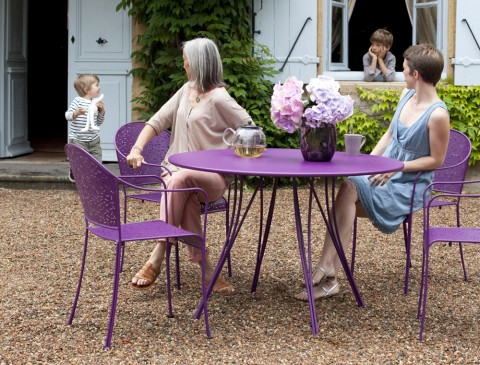 Rendez-Vous table and armchairs in Aubergine