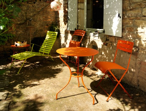 Opéra table, Slim chairs and Tom Pouce table in Carrot with Bistro sunlounger in Verbena