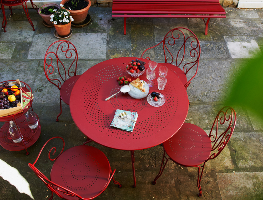 Montmartretable 96cm, chairs, armchairs, portable bar and Louisiane bench, all in Chili