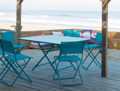 Plein Air chairs and Caractère table in Turquoise Blue