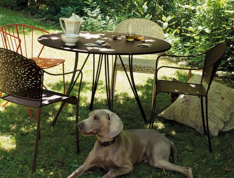 Rendez-Vous table and armchairs in Russet and Linen, Flower perforated armchair in Paprika