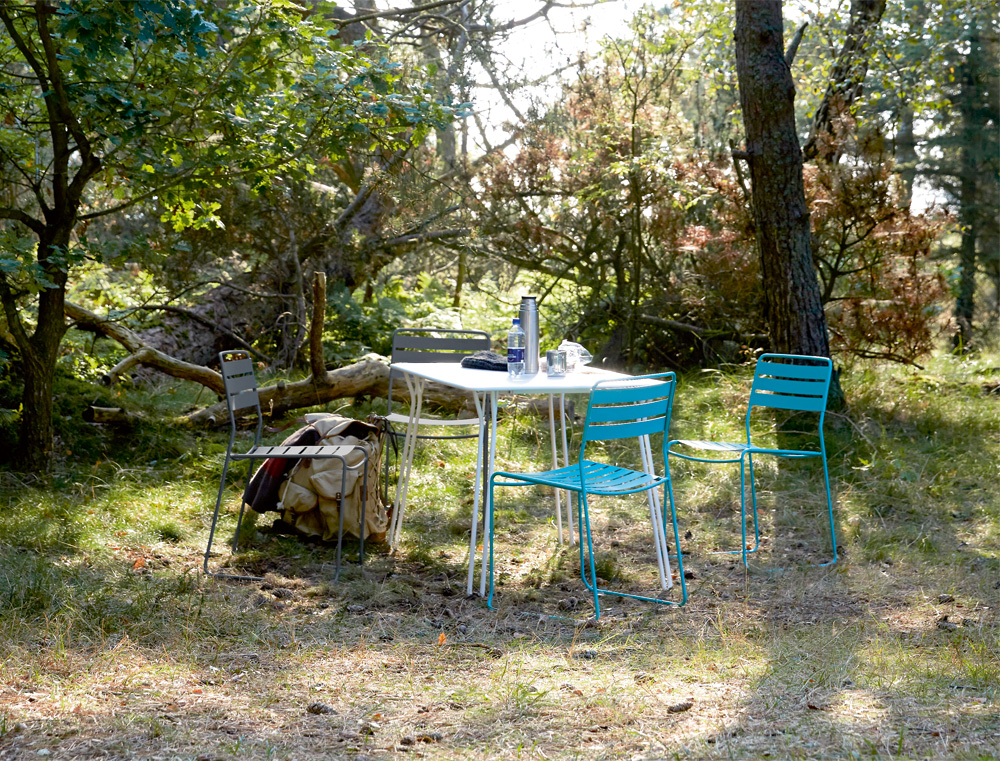 Surprising chairs an table in Storm Grey, Cotton White and Turquoise