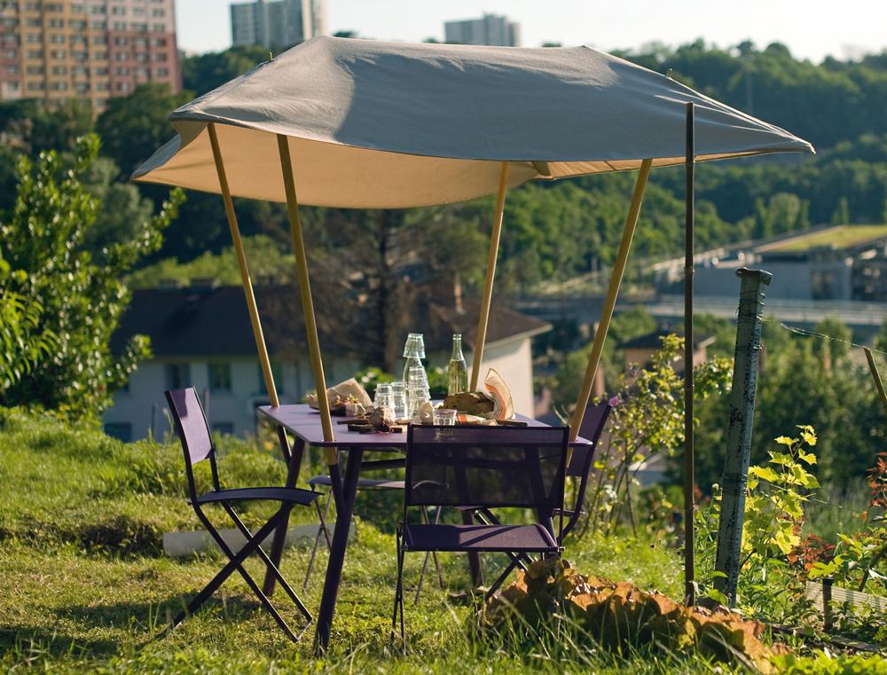 Tablabri table and Plein Air chairs, all in Aubergine