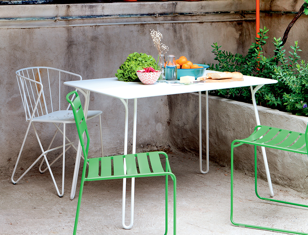 Surprising table and Flower perforated armchair in Cotton White, Surprising chairs in Grass Green