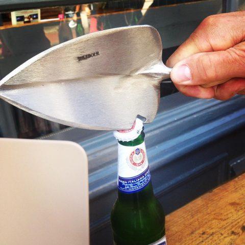 Sneeboer transplanting trowel with bottle opener