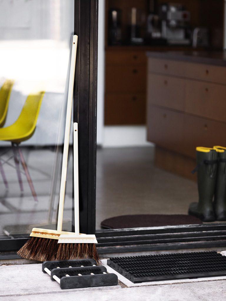 Wood and brush doormat in black