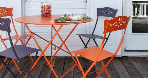 Floréal table 96 cm diameter in Carrot, Bagatelle chair in Carrot & Plum