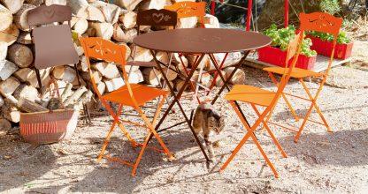 Floréal table 96 cm diameter in Russet, Bagatelle chair in Carrot & Russet