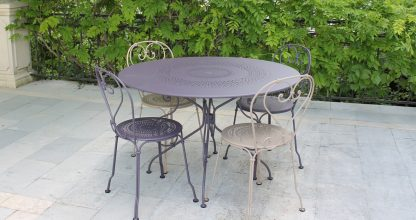 1900 table 117 cm diameter in Plum, 1900 chair in Plum & Nutmeg1900 table 117 cm diameter in Plum, 1900 chair in Plum & Nutmeg