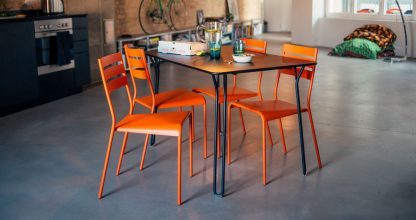 Facto chair in Carrot and Surprising table in Deep Blue
