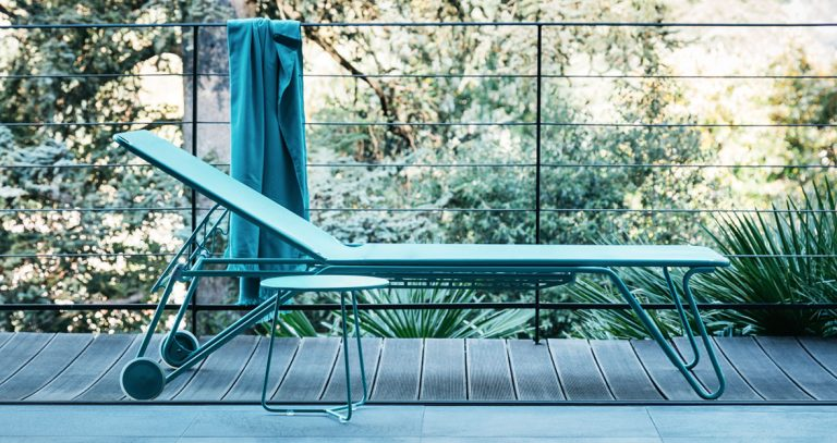 Harry sunlounger and Cocotte side table in Lagoon Blue