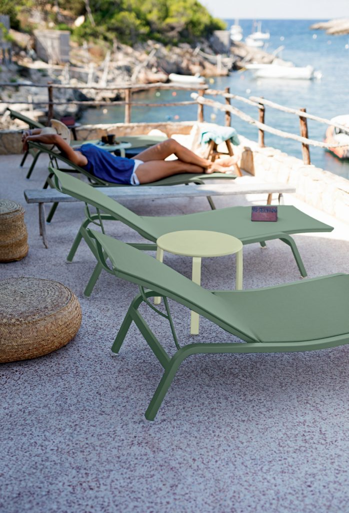 Alizé sunlounger in Cactus, Alizé side table in Willow Green