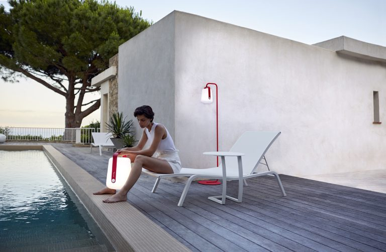 Alizé offset low table and sun lounger in Cotton White, Balad lamps and stand in Pink Praline