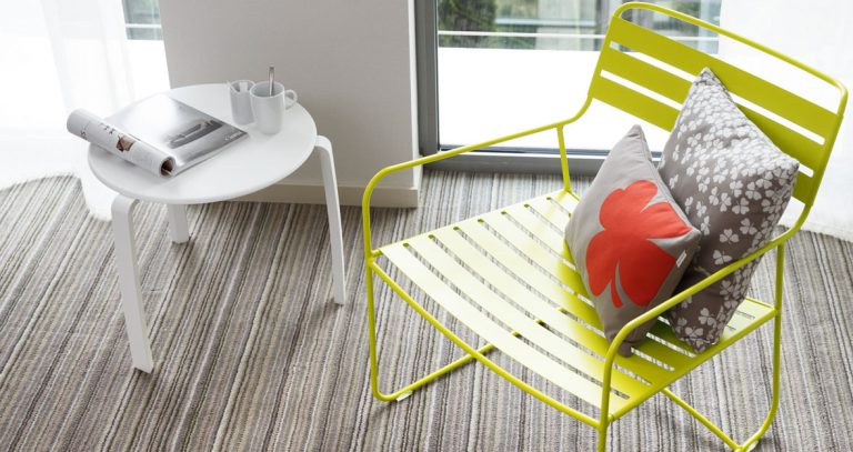 Surpising armchair and Alizé side table