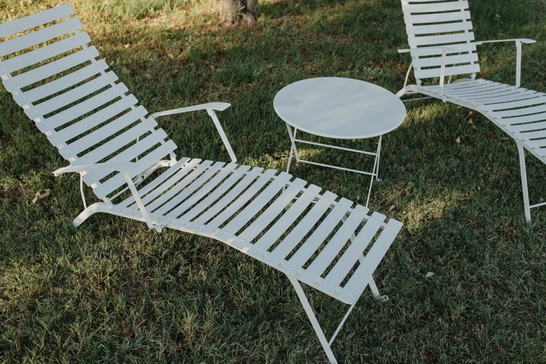 Bistro sunlounger and Tom Pouce table in Cotton White