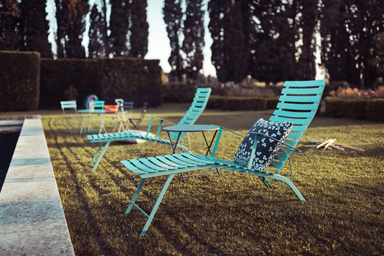 Bistro sunlounger in Lagoon Blue and Tom Pouce table