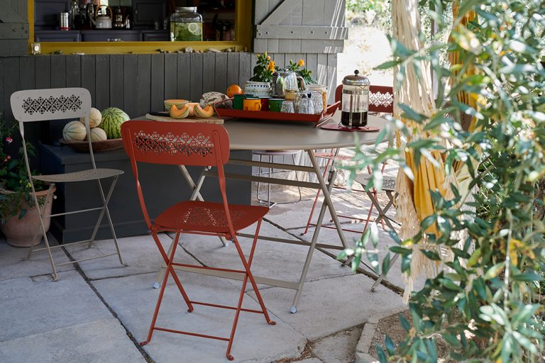 Lorette folding chair in Nutmeg and Red Ochre, Caractère table in Nutmeg