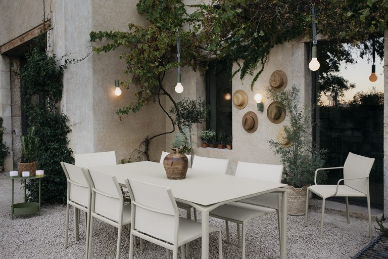 Cavli table, Cadiz chairs and armchairs in Clay Grey, Salsa side table in Cactus, Aplô lights, brackets and straps in Cactus